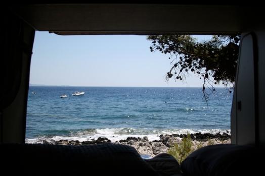 Blick aus dem Camper aufs Meer