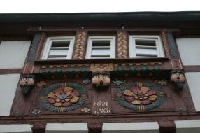 Alte Schnitzereien an Hauswänden