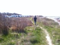 Wanderpfad zwischen Camping und Ufer