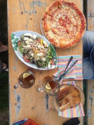 Frische Pizza und lecker Salat