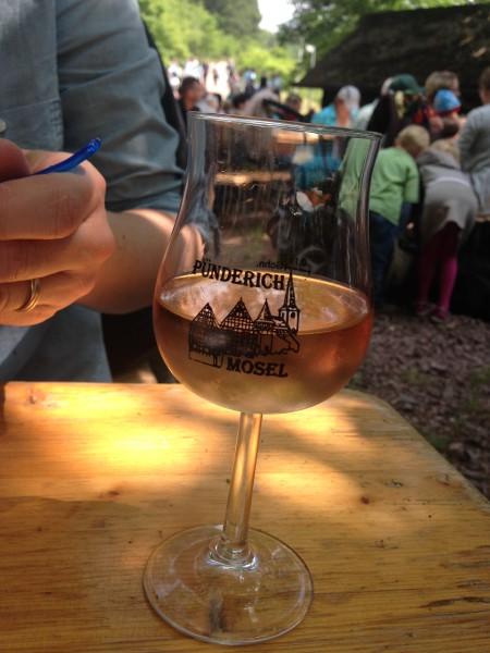 Weinpause bei der Pfingst-Wein-Wanderung rund um die Marienburg / ©Campingkorrespondent