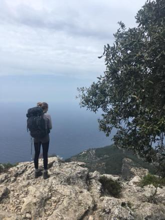Unter uns liegt Deià Trockenmauerweg Mallorca / © Campingkorrespondent