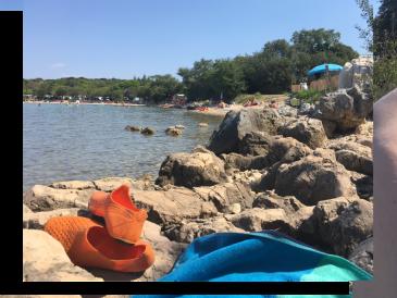 Der Strand ist 3 Minuten Fußweg entfernt. Und es gibt auch eine Strandbar dort.